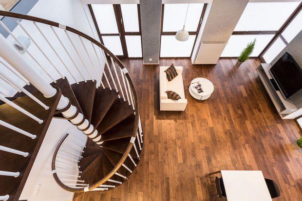 Van multiplex in koffiebars tot ruwe planken in oude hoeves. Hout is veelzijdig in vorm en verschijning. Ideaal voor vloeren, wanden en plafonds én voor trappen en binnendeuren. Het materiaal heeft heel wat voordelen, maar ook enkele nadelen om rekening mee te houden. Een oplijsting!