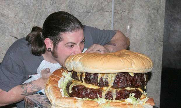 Γιγάντιο χάμπουργκερ 19 κιλών! (pics) http://bit.ly/1rOmhkD