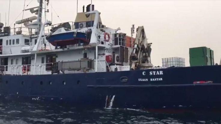 """Le bateau """"anti-réfugiés"""" des Identitaires bloqué dans le canal de Suez - SFR News  LES NOUVEAUX NAZIS DES MERS"""