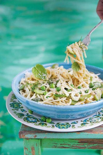 Spaghetti Primavera Fot. Kinga Błaszczyk-Wójcicka #spaghetti #kulinaria #gotowanie #obiad #bezmięsny #wege #ser #zielenina #sałata #makaron #włoskie #italiano #makarony #pasta #obiady #pomysły #zachodnie #śródziemnomorska #dieta #zdrowo #smacznie #przepisy #kulinarne #gotowanie #gotować #talerz #kuchnia #jadalnia #zdrowe #widelec #jeść