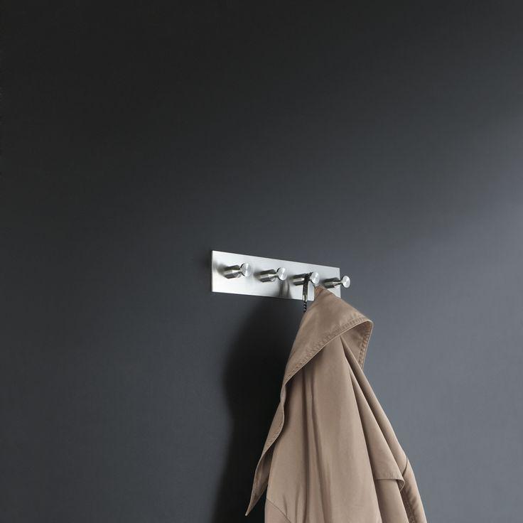 Garderobenleisten & Hakenleisten mit Schild - Edelstahl massiv, Haken mit konischer Nut (HG 16 - 32) aus einem Stück gedreht, handgeschliffen. Montage rückseitig verschraubt ebenso möglich.