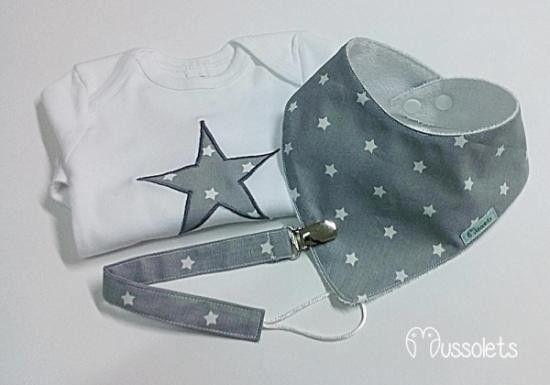 Conjunto de body de manga larga, bandana y chupetero a juego. El body esta adornado con una estrella en patchwork con la tela de la bandana y chupetero. tallas: 3/6 meses 6/9 meses 9/12...