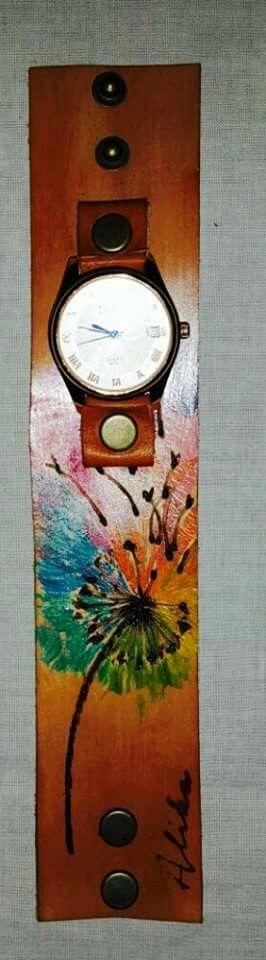 Reloj con correa de cuero