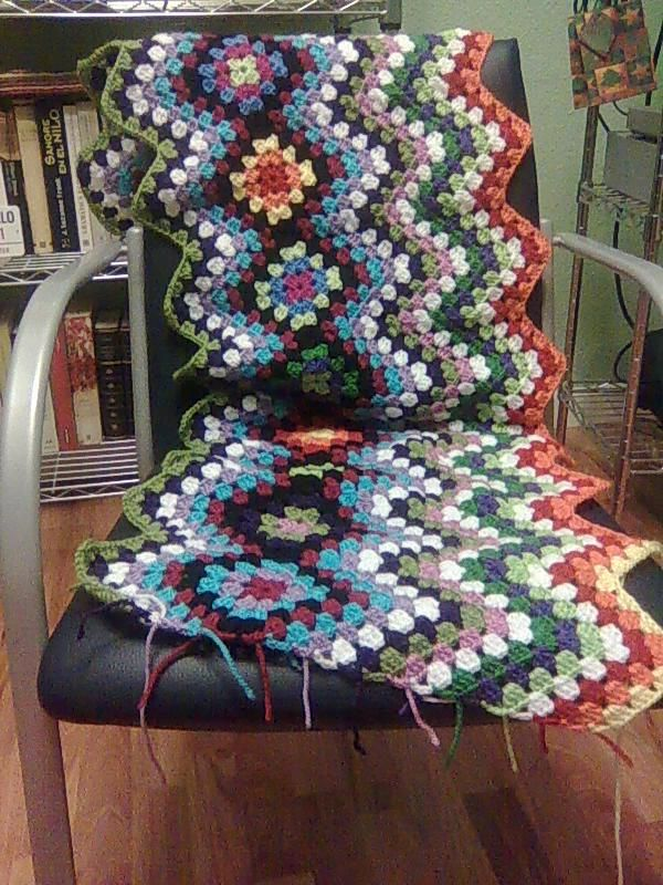 Manta Hueco Zig Zag-  free pattern shown with a pic tutorial. There are English instructions there as well. http://buscandocomienzos.wordpress.com/tutorial-manta-hueco-zig-zag/