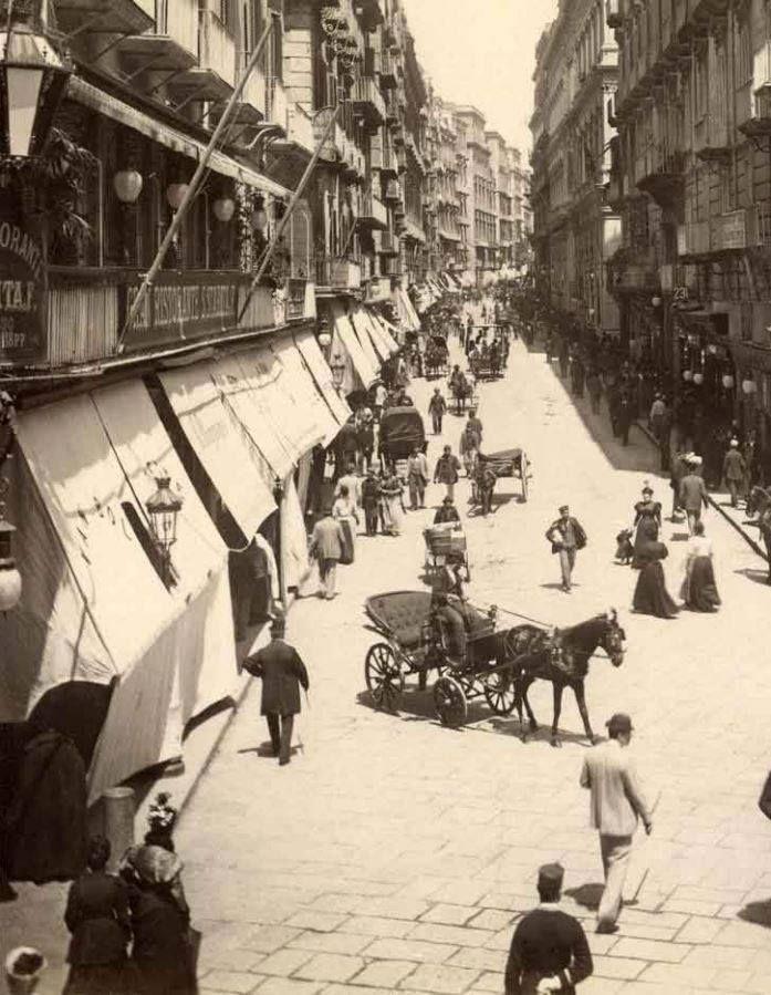 Via Toledo (allora chiamata Via Roma). Foto del 1902 c.a. A sinistra in primo piano si vede il Gran Ristorante S. Starita & F. ,ad angolo con Via Nardones,quindi verso Piazza S.Ferdinando (attuale p.zza Trieste e Trento).