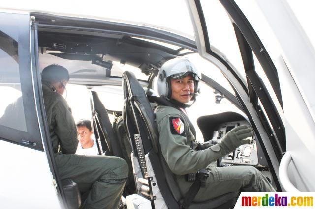 Pilot TNI AU yang siap berangkat menuju Pangkalan Udara Halim Perdanakusuma Jakarta untuk mendukung kegiatan SAR Pesawat Sukhoi Superjet 100 yang jatuh di Gunung Salak, Bogor.