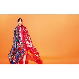 Le Carré Hermès « Folklore d'Henri d'Origny » carré géant en twill plume. Dessin : Henri d'Origny - « Coup de fouet »  carré géant en twill plume. Dessin : Florence Manlik. Jouez avec votre carré Hermès avec l'application Silk Knots ! Hermes.com/silkknots #Hermes #Silk #SilkKnots