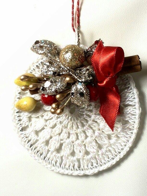 Decorazioni natalizia a crochet con applicazioni decorative