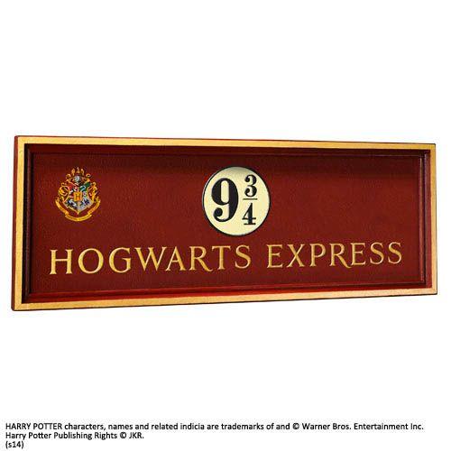 Cartel escudo estación Kings Cross 56 x 20 cm. Plataforma 9 3/4 Hogwarts Express. Harry Potter. Noble Collection Preciosa réplica del cartel perteneciente al escudo de la estación londinense Kings Cross de 56 x 20 cm de la Plataforma 9 3/4 para coger el tren de Hogwarts Express visto en la exitosa saga de Harry Potter. Artículo 100% oficial y licenciado.