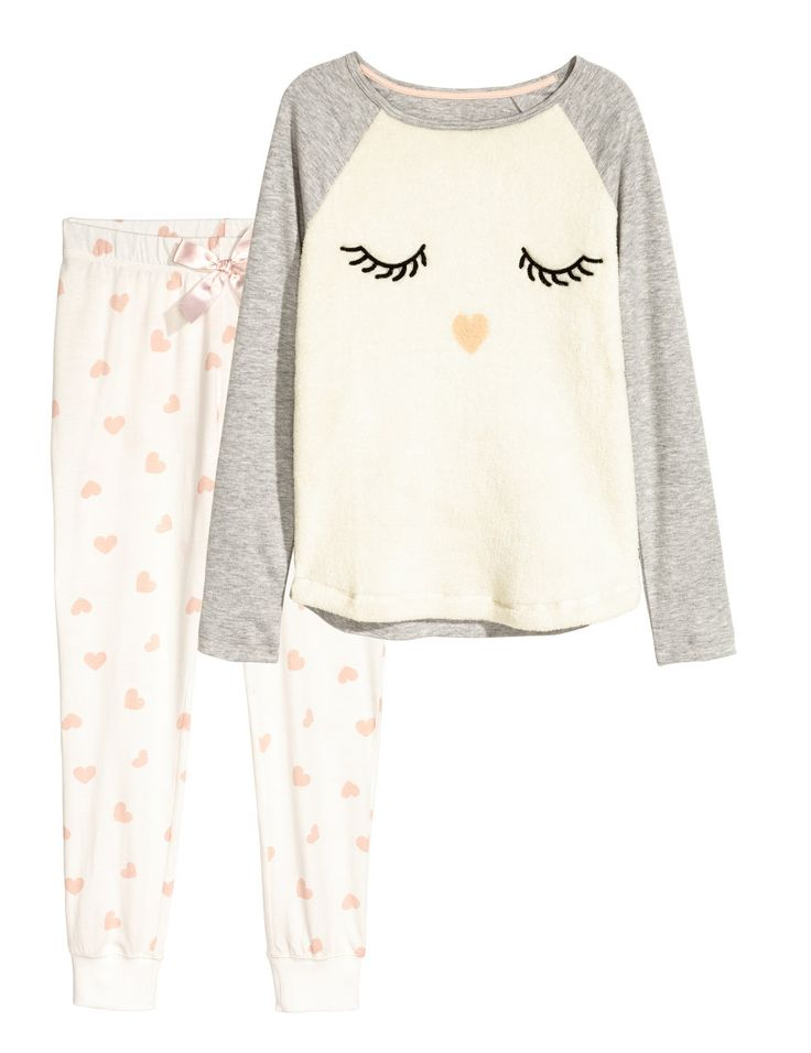 Sjekk ut dette! En pyjamas i bomullstrikot. Langermet topp med motiv. Bukse med elastikk og snøring i midjen. Vrangbord nederst på bena. - Besøk hm.com for å se mer.