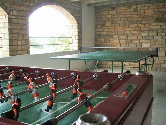 LLEIDA, SANT GUIM DE LA PLANA. Casa rural Can Rabasser, antigua casa de pueblo restaurada. Dispone de #5_dormitorios,  2 baños, comedor y cocina con chimenea, gran terraza con #barbacoa, museo de la payesía en la propia casa, sala de juegos con #futbolín y #ping_pong, #bodega de piedra. También se puede disfrutar de la piscina municipal que hay justo detrás (gratis para los inquilinos).Sant Guim de la Plana es #pueblo_medieval  con castillo. #casa_rural_juegos #casa_rural_pingpong
