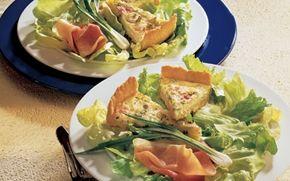 Tærte med forårsløg Denne opskrift giver en lækker tærte med forårsløg, som smager dejligt. Tærte med forårsløg egner sig både som forret og hovedret sammen med sprød salat!