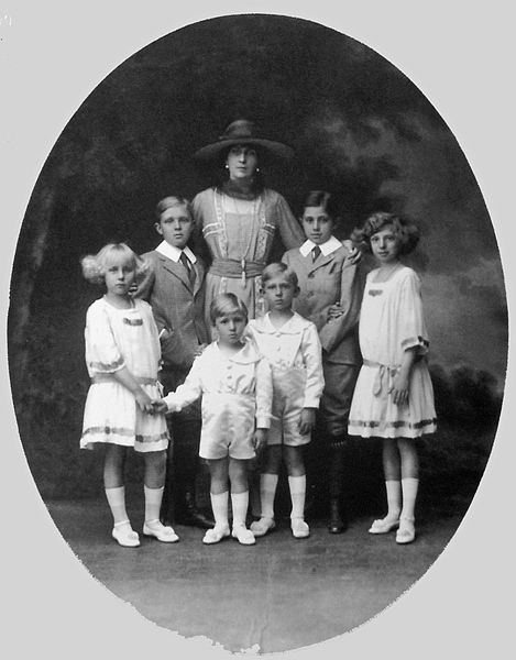 Queen Victoria Eugenia with her 6 children.  Back row: Infante Alfonso (left) and Infante Jaime.  Front (left to right):  Infanta Maria Cristina, Infante Gonzalo, Infante Juan, and Infanta Beatriz.  Gonzalo, a hemophiliac like Alfonso, died at 19 of abdominal bleeding caused by a car wreck.  Juan is the father of the current King of Spain, Juan Carlos I.