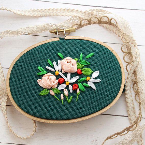 Il s'agit d'un ruban de broderie de roses et de fleurs sauvages. Il est monté dans un cercle de 3 x 5 pouces et cousu avec ruban de satin et du fil DMC.