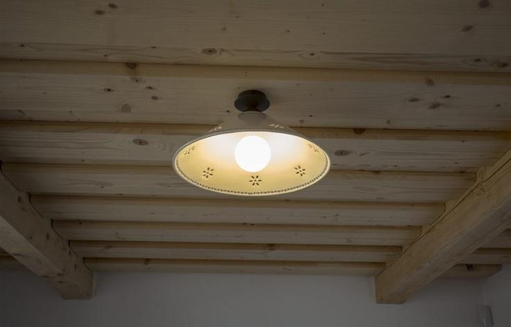 Venkovský styl lze zkombinovat i s úspornou žárovkou.
