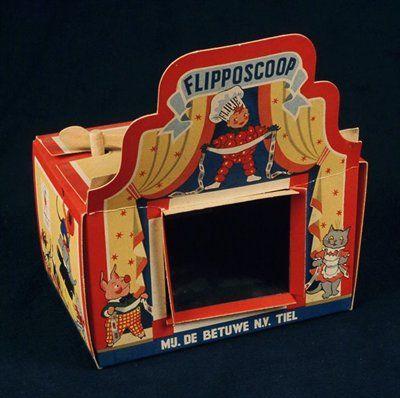 Betuwe Flipposcoop, kartonnen 'filmprojector' met op voorkant theater met Flipje van Tiel en vriendjes.