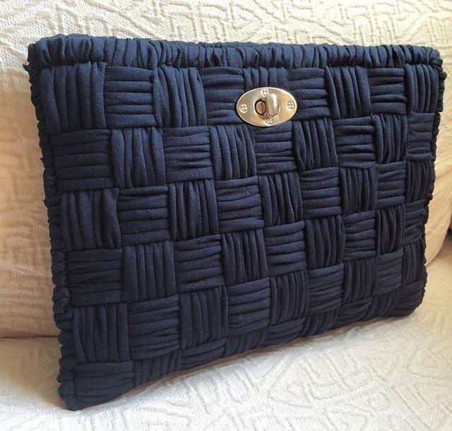 Un clutch negro es un básico en nuestro fondo de armario. Aquí tienes uno de la nueva colección, bordado a mano, que te sacará de más de un apuro. #MacadamiaRepublic #handmade #hechoamano #trapillo #handbag