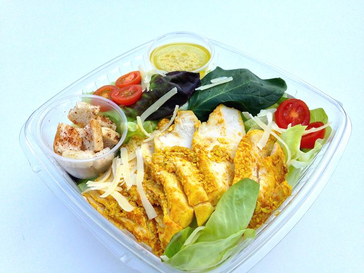 Cesar Thai (Pollo Grillado con Sesamo en salsa de Curry, Tomate Cherry, Queso Parmesano en hebras, Crutones Caseros y Mezcla de hojas verdes)