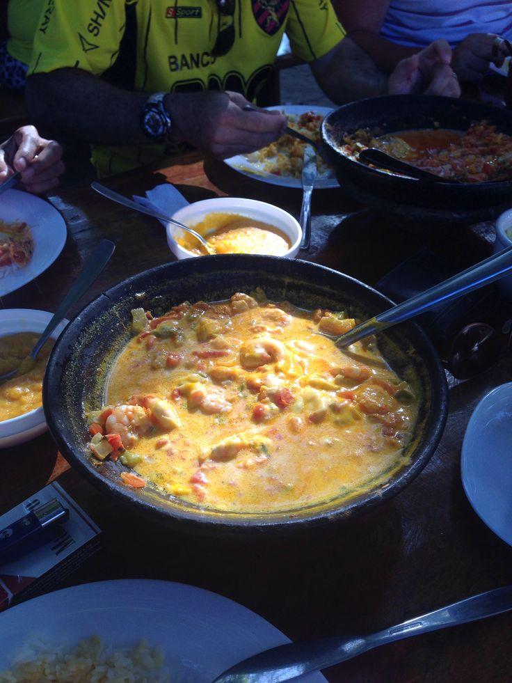 Plato típico de la zona bahía, gambas, polvo de maíz, verduras y arroz...acompañado por leche de coco ;) en Imbassai