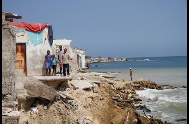 La erosión no sólo afecta las calles de la isla, también las viviendas. Los habitantes están preocupados y temerosos de que el mar se lleve sus casas y los deje sin nada.