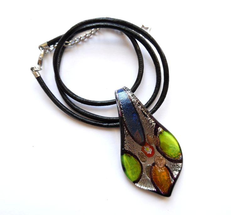 Halsband av läder med detaljer i silverplätering och ett svart mönstrat hänge av…