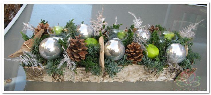 Langwerpig kerststuk in berkenschors schaal