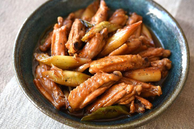 いちばん丁寧な和食レシピサイト、白ごはん.comの『手羽先とねぎの煮物』を紹介しているレシピページです。手羽にたっぷりのねぎ、生姜、少しのにんにくをきかせて、甘辛い煮物にします。香辛野菜以外のポイントは「手羽先を食べやすく切ること」です。子供でも食べやすく、よく味もしみ込んでくれるので、ぜひお試しください。