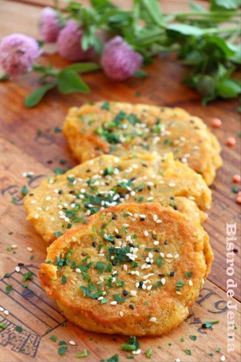 galettes de lentilles corail 220 g de lentilles rouge corail Bio 3 pommes de terres moyens 2 échalotes 1 gousse d'ail nouveau 1 oeuf 2 c.a.soupe de maïzena coriandre fraiche ( facultatif ) 1 c.a. dessert de curry 1 c.a. dessert de paprika 1 c.a. dessert de piment de Cayenne 2 c.a soupe de graines de sésame sel, poivre du moulin huile de pepins de raisin