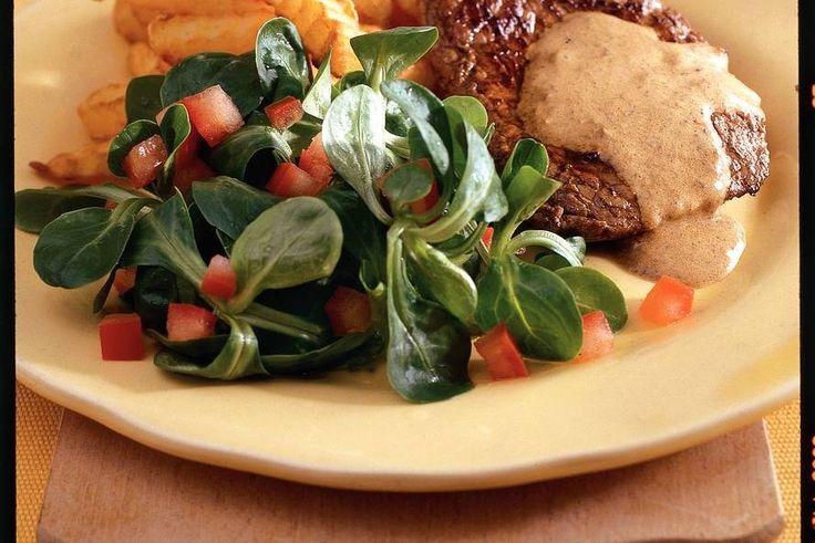 Recept voor: Biefstuk met mosterdsaus en frites | 1. Tomaten halveren, zaadjes verwijderen en vruchtvlees in stukjes snijden. Tomaat en dressing door veldsla mengen. Biefstuk bestrooien met peper. In koekenpan met boter in 2-3 min. per kant bruin en vanbinnen rosé  …
