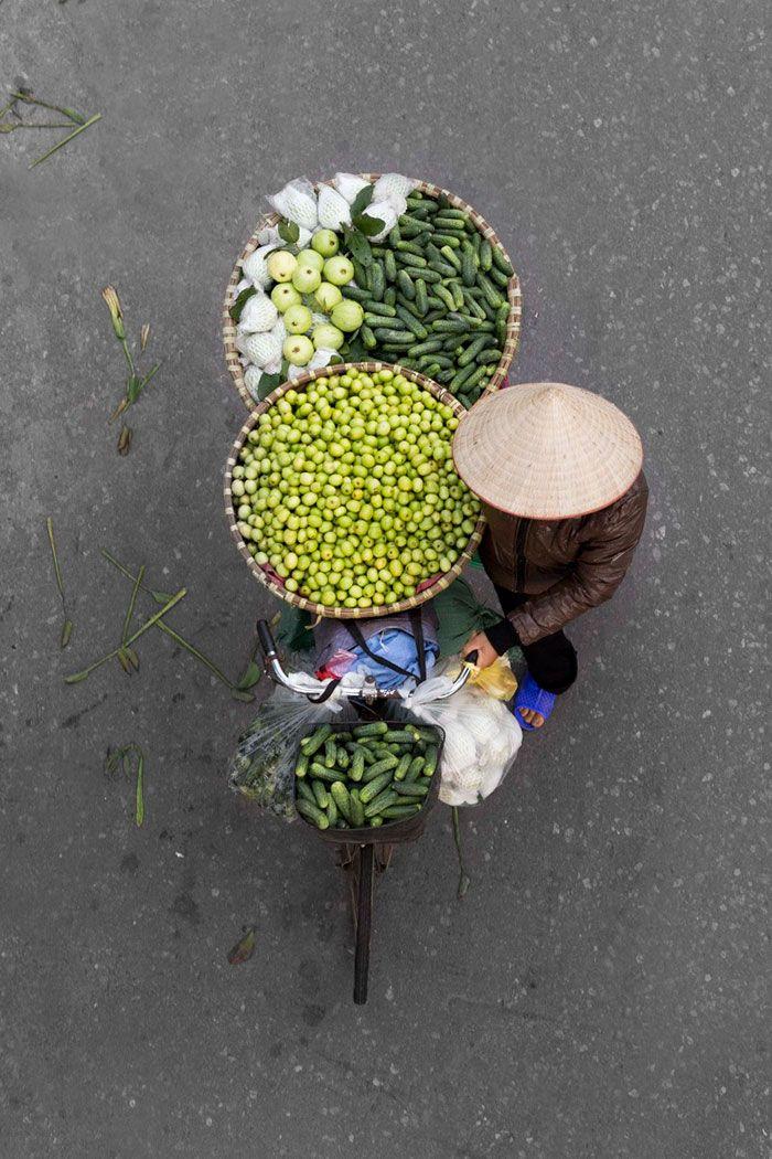 Au Vietnam, le photographe Loes Heerink a voulu mettre à l'honneur les vendeurs de rue de la ville de Hanoi, tout en changeant des angles classi