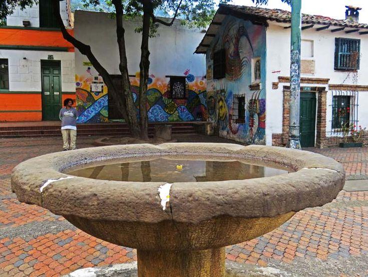4. Un habitante de la calle se ubica a propósito para ser fotografiado parado sobre la fuente.