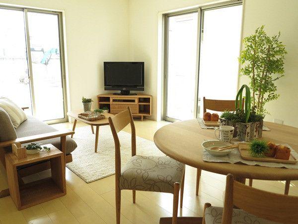カーテンの納まりまで考えたコーナータイプのテレビボードとナチュラルコーディネート の画像|家具なび ~きっと家具から始まる家づくり~
