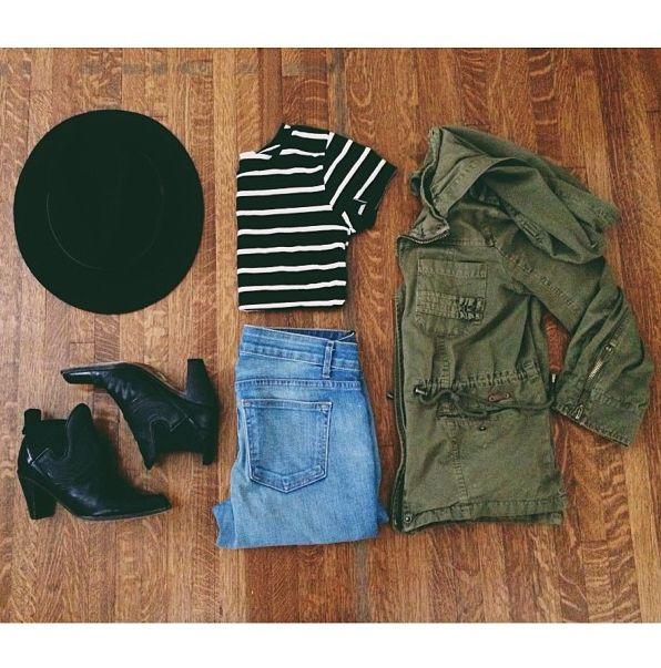 Manera perfecta para usar una chaqueta del ejército: el sombrero de fieltro, Rayado Crop Top vaqueros desteñidos , botines negros