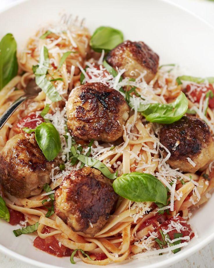 Een heerlijke pastaschotel met een smaakvolle tomatensaus en lekkere gehaktballetjes. Ideaal voor op een doordeweekse avond.