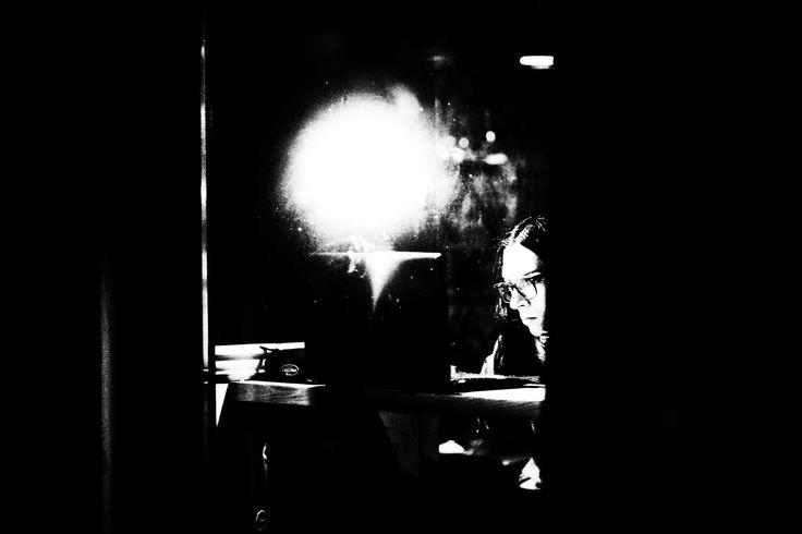 Krakow,kobieta,noc,okno,okulary,