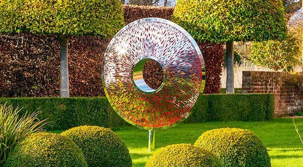 Iris Torus: o mare sculptură de grădină, care se inspiră din irisului ochiului. Inspirat de fațete reflectorizante ale unui diamant tăiat, suprafața fragmentată, în oglindă a Iris Torus emulează irisul unui ochi și creează un efect dramatic, unic.