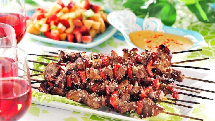 Karré blir extra saftig när du grillar den på spett. Varva med paprika och servera med smarrig jordnötssås!