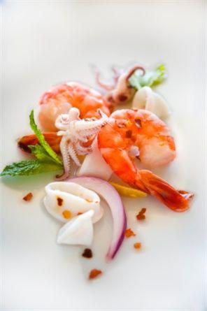 La cucina peruviana è la nuova frontiera della gastronomia internazionale. Pesce crudo, quinoa, frutti tropicali e sapori orientali: fusion, per definizione. Cosa ci aspetta, fra ristoranti di grido e tavole calde per latinos, e cosa invece non attraverserà mai l'oceano.