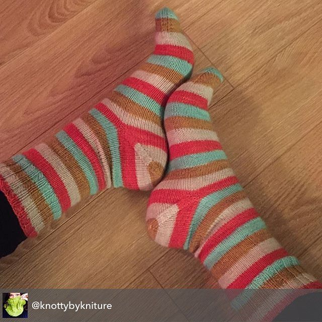 knottybykniture just finished a gorgeous pair of socks in my Little Cream Soda colourway