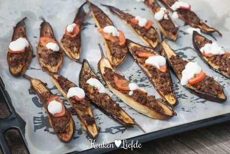 Dit gerecht is een heerlijke samensmelting van zowel Griekse als Turkse smaken: gevulde mini-aubergine met gehakt uit de oven geserveerd met yoghurtsaus...