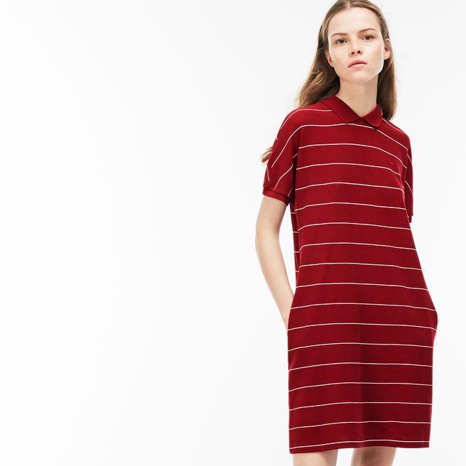 El espíritu de Lacoste brilla a través de este vestido de rayas de algodón y una tapeta con botones en la parte posterior. Icónico, moderno y femenino.