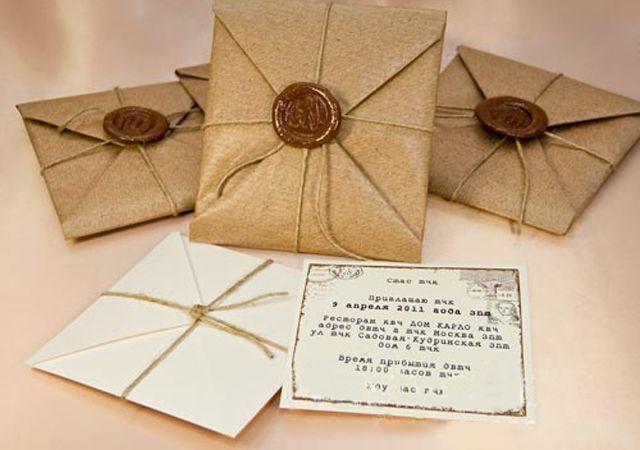 Самым модным материалом для свадебных приглашений однозначно становятся крафт-бумага и крафт-картон. Изначально предназначавшиеся для банальных целей вроде упаковки товаров, эти материалы отличаются повышенной прочностью, а значит, ваше приглашение не утратит праздничного вида, даже если вы отправите его за несколько месяцев до свадьбы.