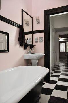 Style rétro chic pour la salle de bain rose et noir