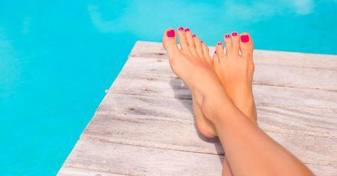 Hausmittel gegen Hornhaut sind eine sanfte Alternative zur Hornhautraspel. Natürliche Peelings und Fußbäder sind gute Tipps für schöne Füße, die den natürlichen Schutz der Haut nicht gefährden