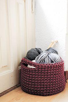 Big Basket, made in one piece: free crochet pattern I'm going to try this with plastic grocery bags and a large hook. See if it will work as a laundry basket