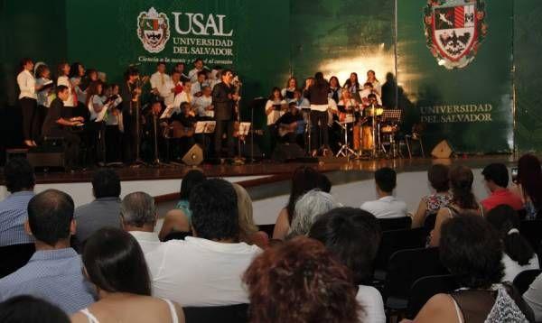 Un auditorio colmado en la USAL vivió con emoción la Misa Criolla