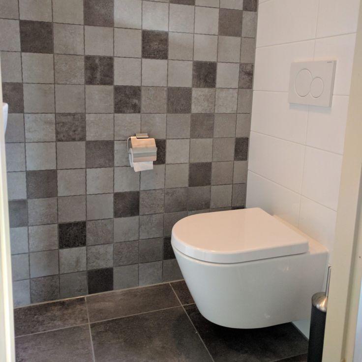 25 beste idee n over grijze tegels op pinterest grijze badkamertegels badkamers en kleine - Wc muur tegel ...