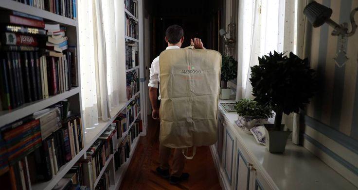 Un asistente personal de la empresa Ambrosio lleva un traje del tinte a la casa del cliente.
