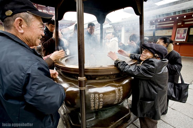 Worshipping Happiness (Temple in Asakusa, Tokyo, Japan, March 2009, by Lucia Eggenhoffer)