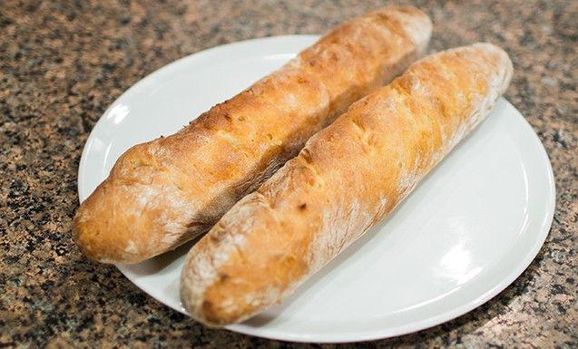 Как известно, хлеб —всему голова. А всем хлебам голова — французский багет. Мы использовали самый простой в мире рецепт багета — настолько простой, что даже сходить в магазин и купить багет — и то сложнее (и совсем не так вкусно). Всё, что нужно для успеха, —запастись терпением, приготовить багет и удивить всех.